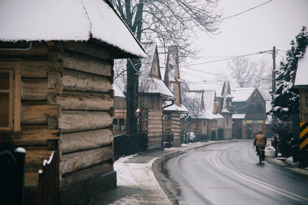 le petit village traditionnel de Chocholow dans la région des Tatras