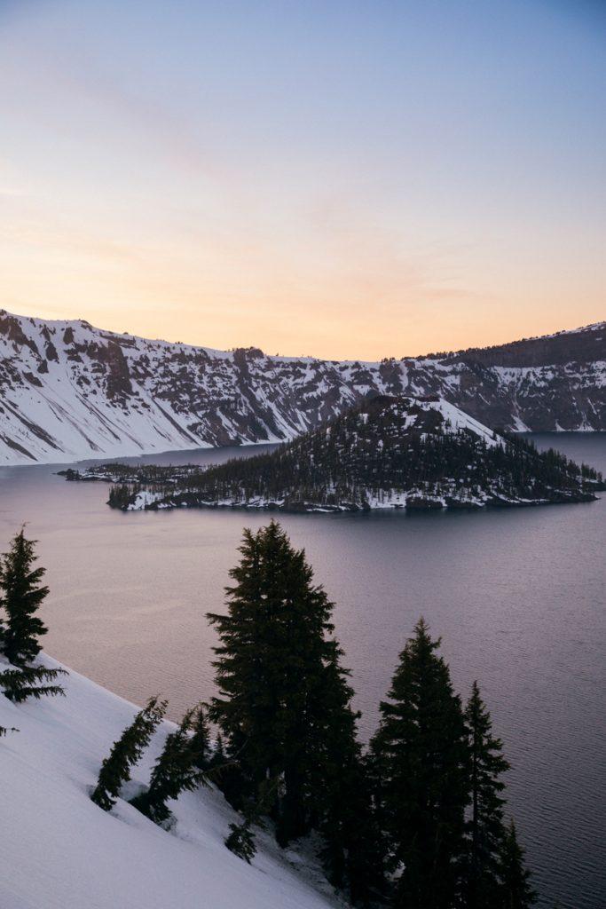 le paysage enneigé de Crater lake