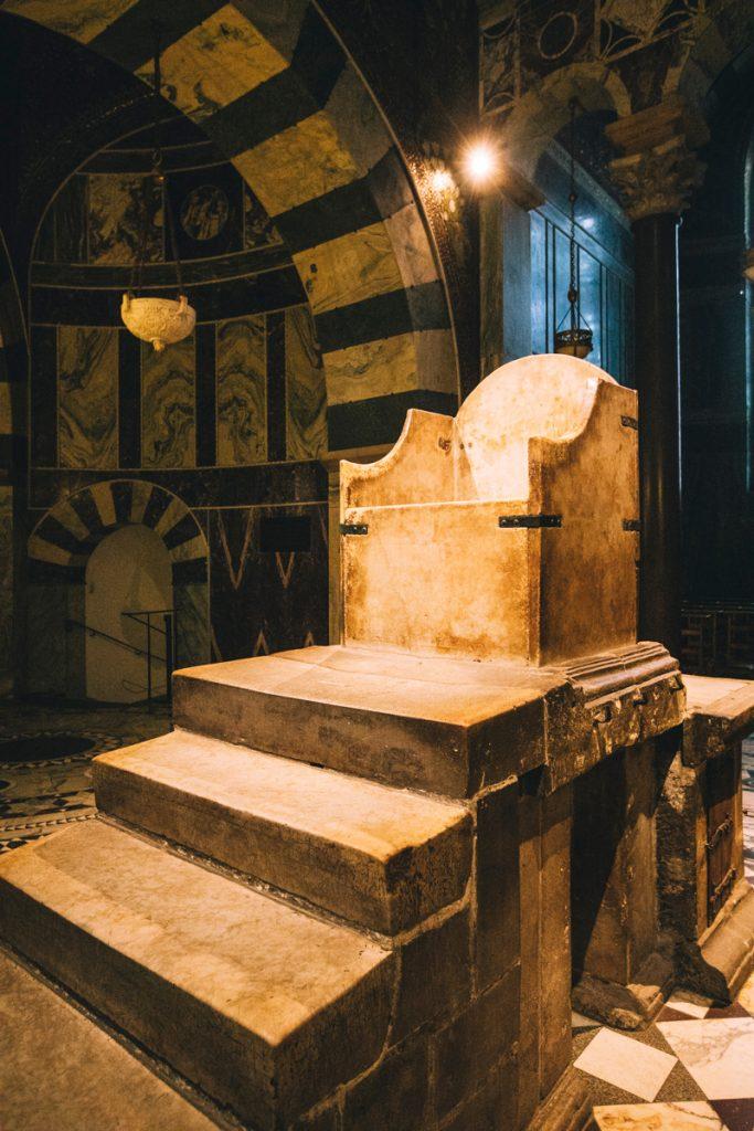 le trône de marbre de Charlemagne à la cathédrale de Aachen