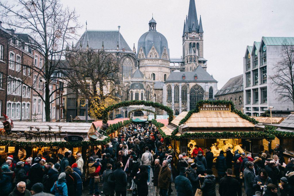 vue sur l'ensemble du marché de Noël d'Aix-la-Chapelle