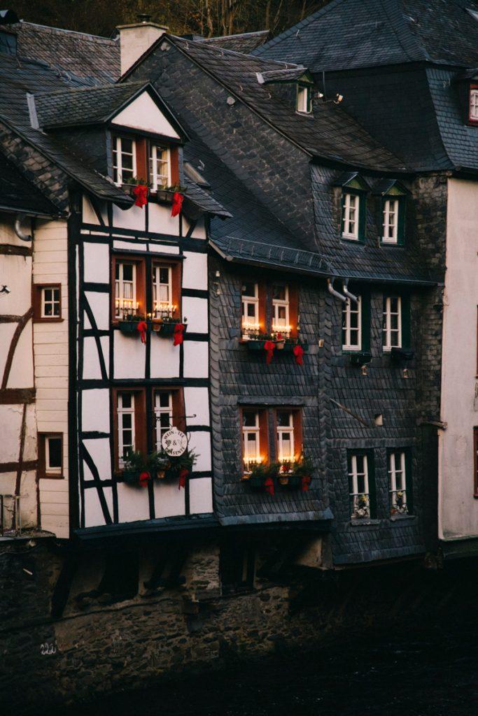 les maison à colombage au bord de la Roer à Monschau