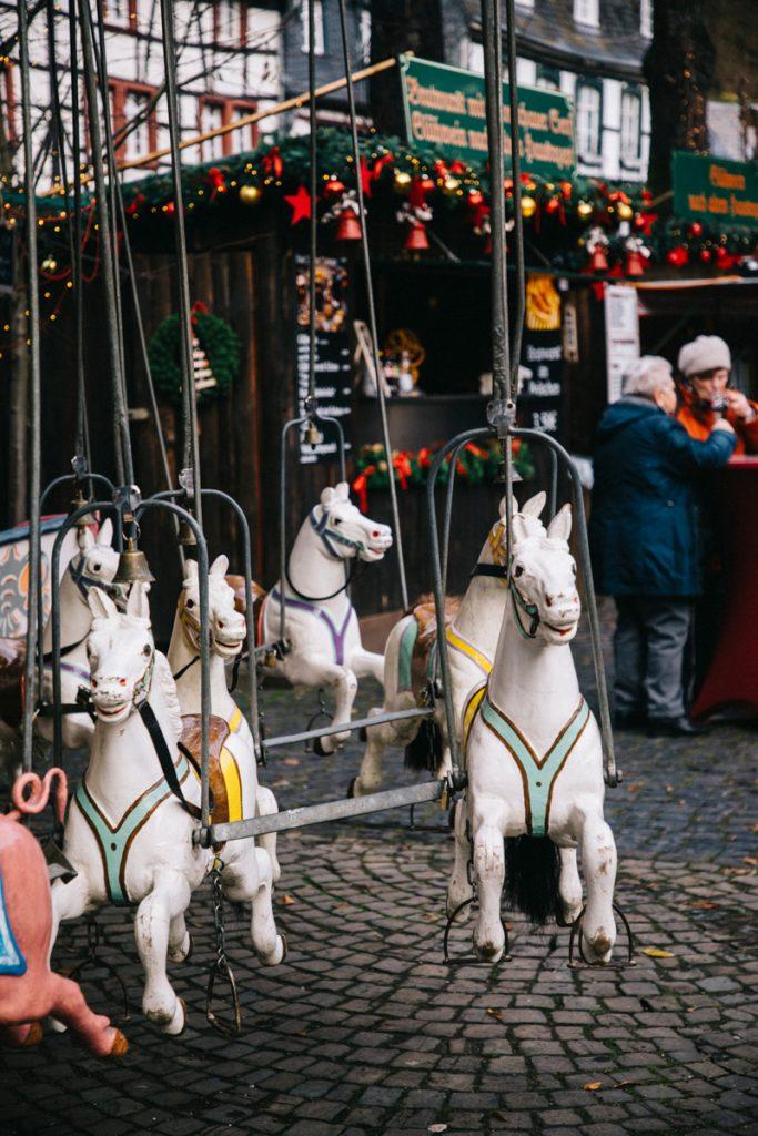 le vieux manège du marché de Noël de Monschau