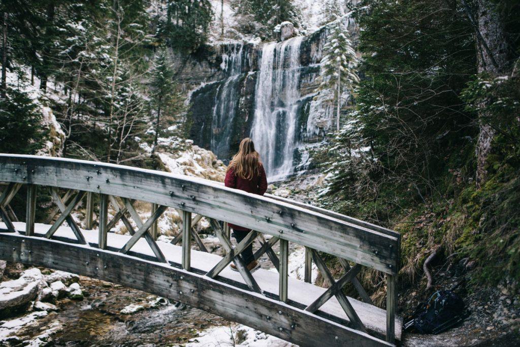 la grande cascade et le pont en bois au cirque de Saint-Même