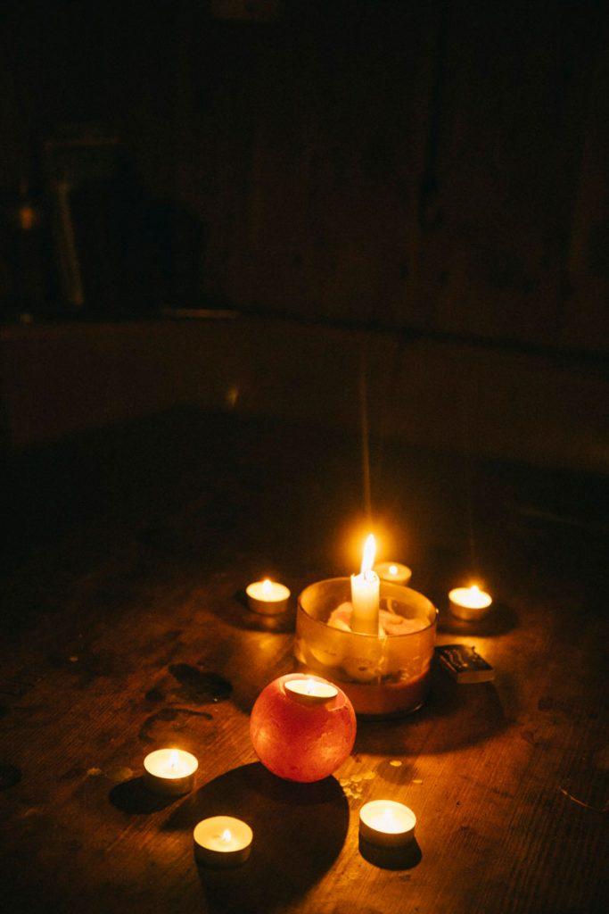 il n'y a pas d'électricité dans les refuges non-gardés des vosges, donc on s'éclaire à la bongie