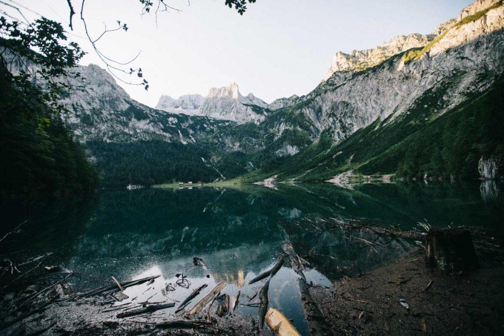 le lac supérieur de Gosausee à la tombée de la nuit avec le glacier Horer Dachstein