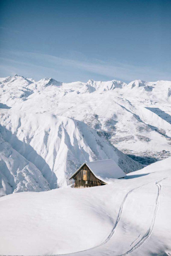 une petite cabane savoyarde sur la station de ski du Corbier