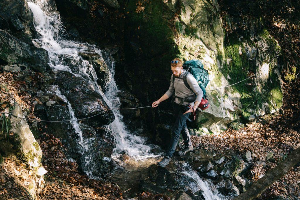 passage d'une cascade sur le sentier du lac de la Lauch vers Linthal