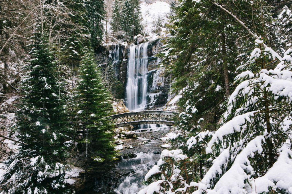 la grande cascade et le pont en bois du cirque de Saint-Même