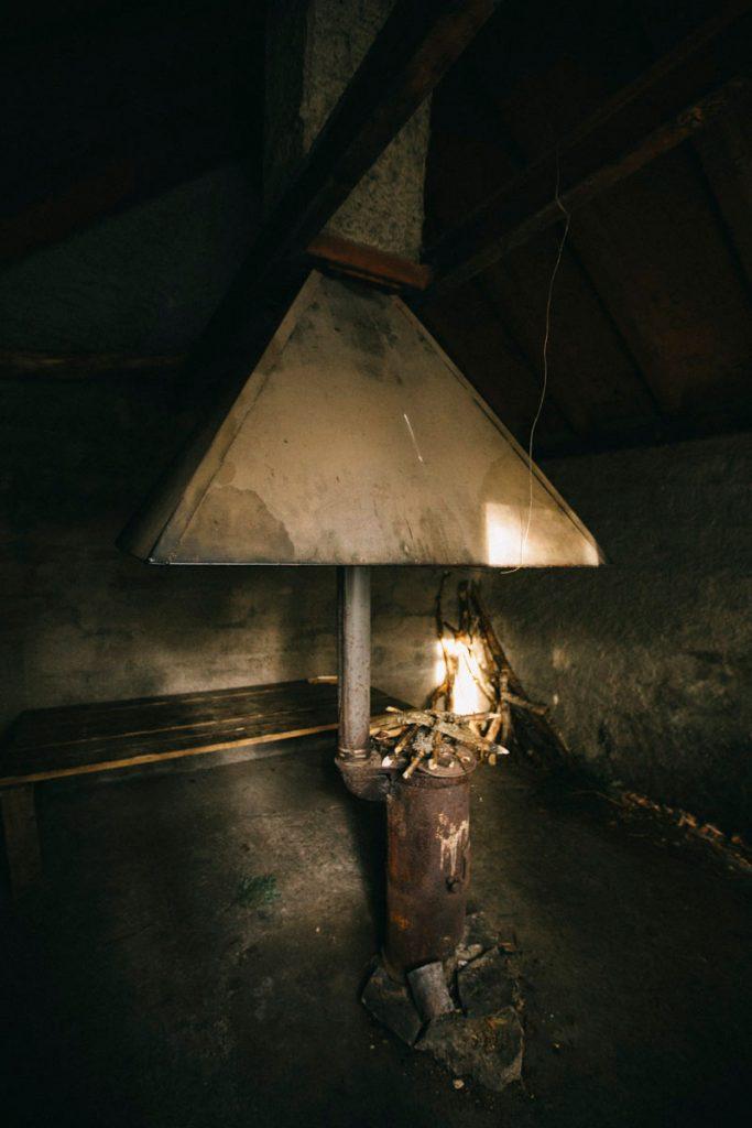 l'intérieur du refuge non gardé avec le poêle à bois