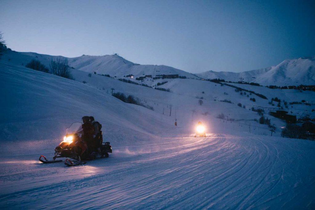 Une sortie nocture en motoneige sur le domaine du Corbier en Savoie dans les Alpes Françaises