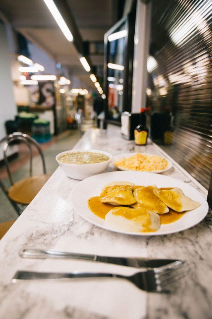 manger des Pierogies au milk bar de la Hala Targowa de Wroclaw