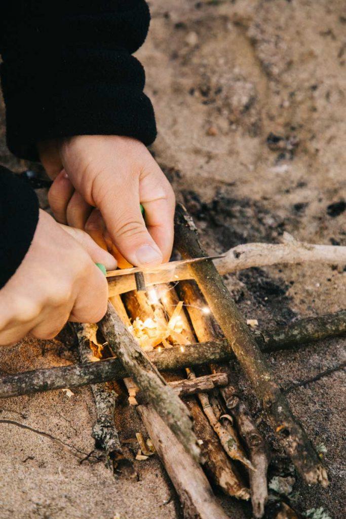 des leçon de survit pour apprendre à faire du feu avec une pierre à feu