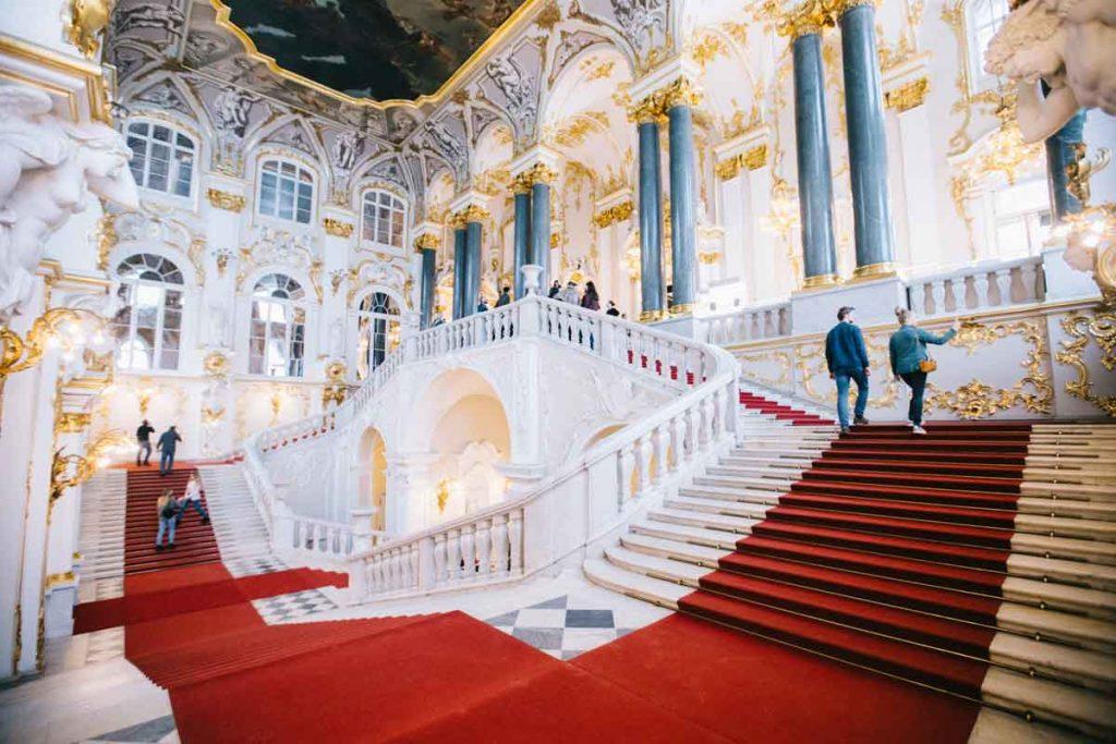 Le grand escalier Jourdain dans le palais d'Été au musée de l'Hermitage à Saint-Petersbourg