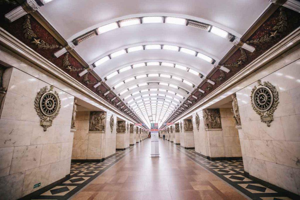 L'intérieur du métro de Saint-Petersbourg avec son ambiance communiste
