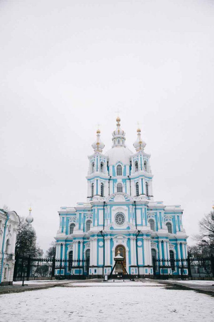 la cathédrale de Smolny et sa façade bleue à Saint-Petersbourg