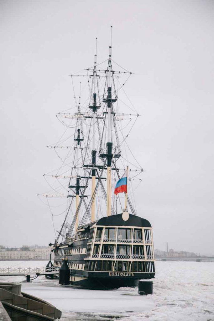 un navire sur la neva gelée à saint-Petersbourg