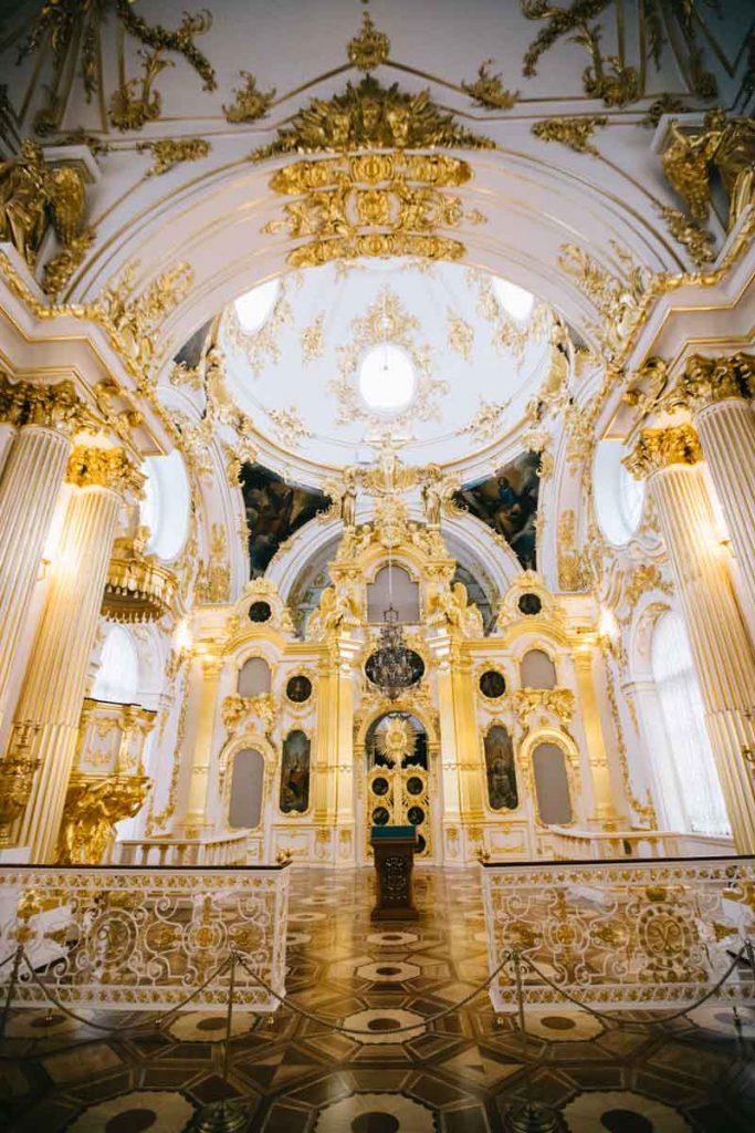 l'intérieur de la cathédrale de la forteresse Saint-Pierre et Saint-Paul à Saint-Pétersbourg