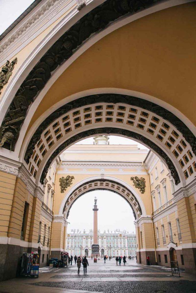 le double arc de triomphe de la place du palais