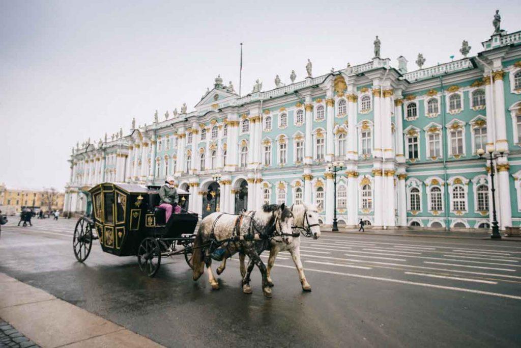 La place du palais avec le palais d'hiver et une calèche