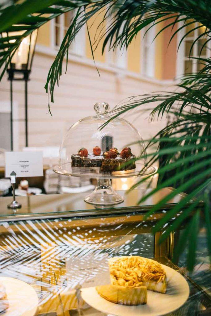 les pâtisserie de l'hôtel belmond dans sa terrasse extérieur