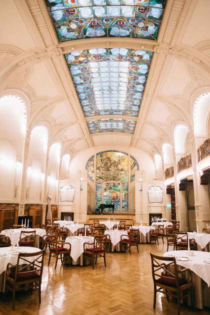 la salle de dîner aux vitraux art déco du Grand hôtel Europe à Saint-Pétersbourg