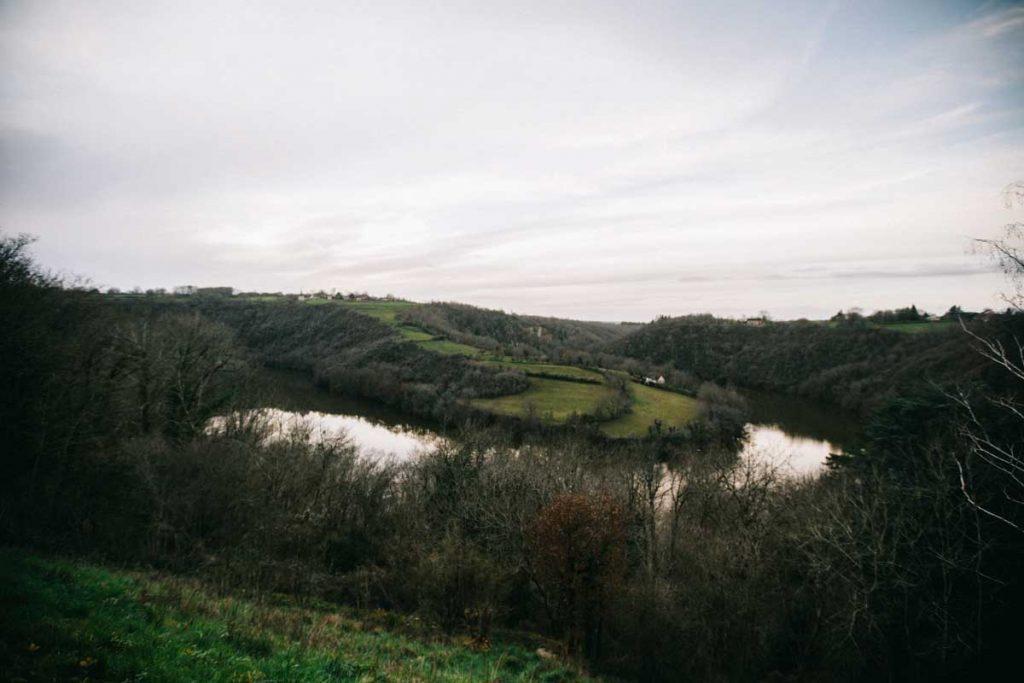Le panorama de la boucle du Pin dans la vallée de la creuse. crédit photo : Clara Ferrand - blog Wildroad