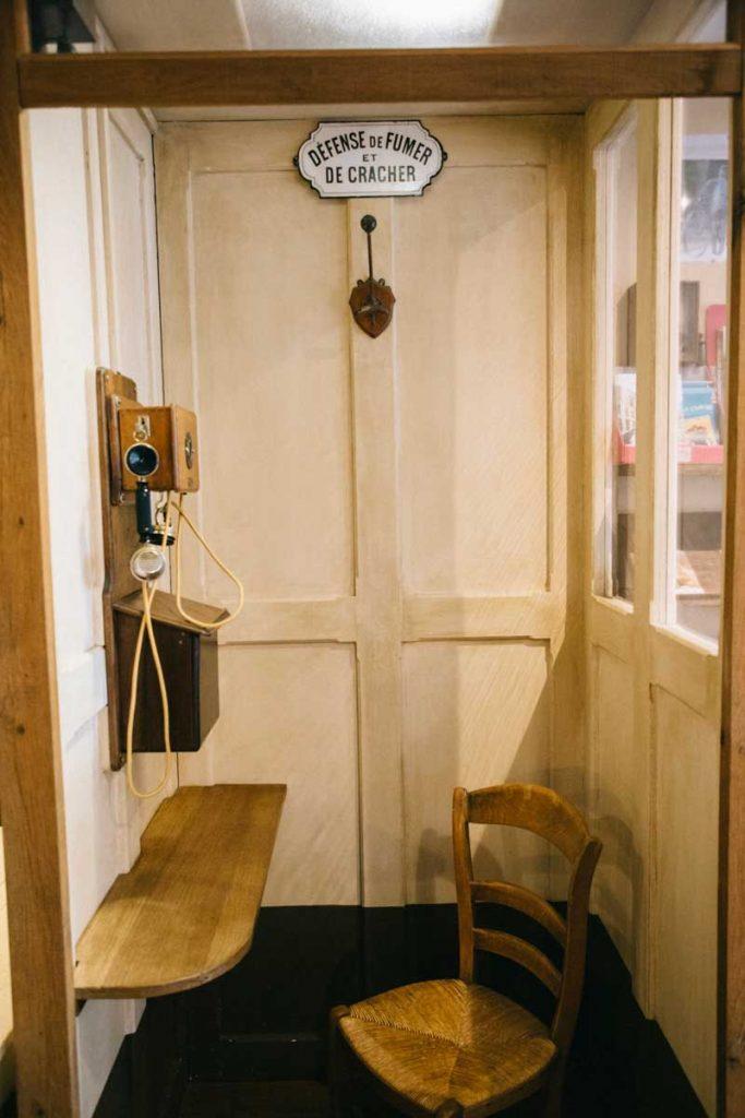 une ancienne cabine téléphonique dans le musée de jacques Tati à Sainte-sévère-sur-Indre. crédit photo : Clara Ferrand - Blog wildroad