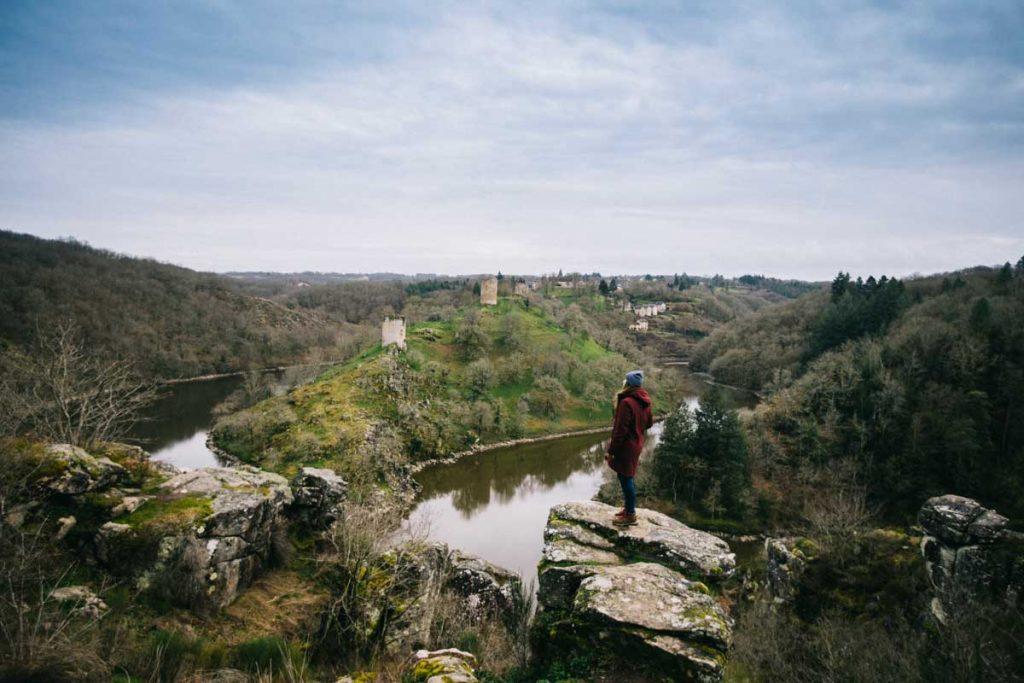 Le rocher de la Fileuse et les ruines du château de Crozant dans le Berry. crédit photo : Clara Ferrand - blog Wildroad