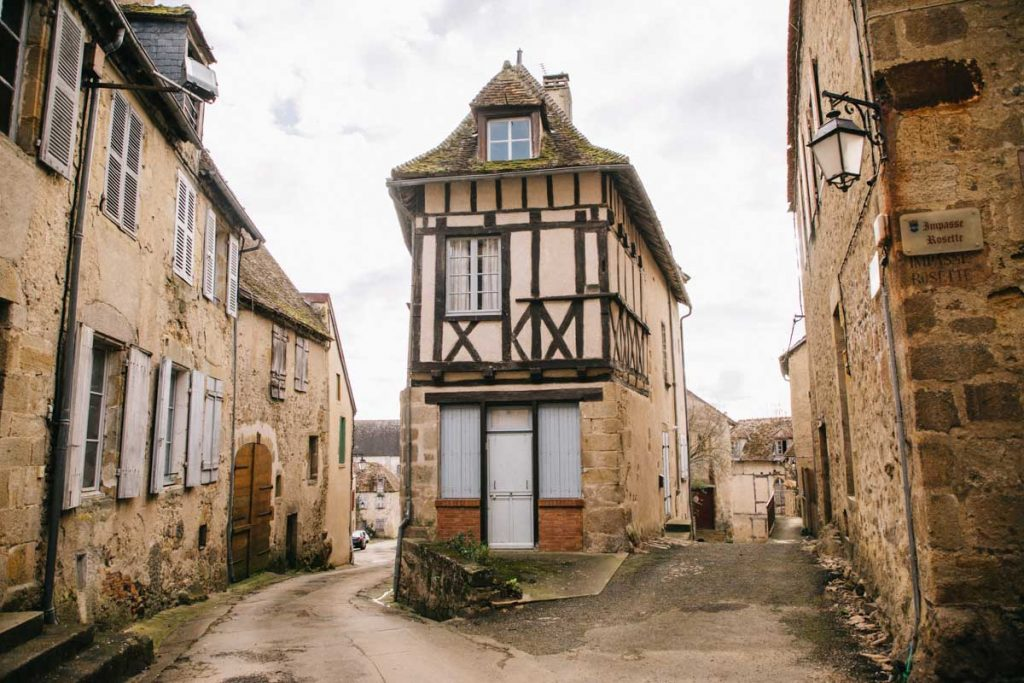 Visite l'un des plus beaux village de france dans le Berry : Saint-benoit-du-sault et ses maison à colombages. crédit photo : clara Ferrand - blog Wildroad