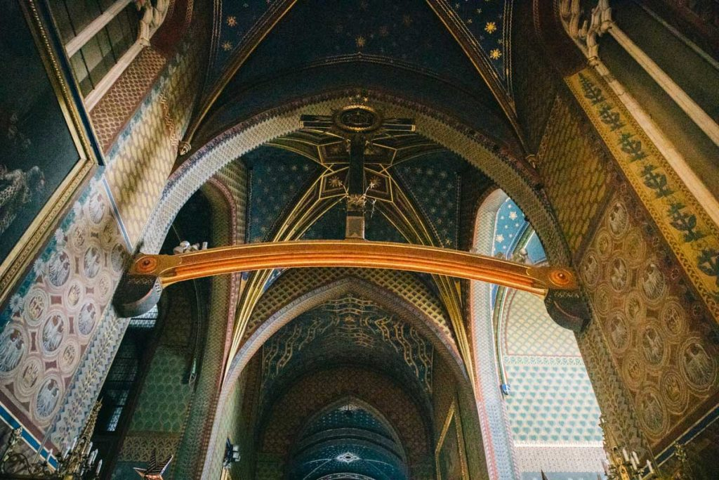 L'intérieur de la basilique des Franciscain à Cracovie. credit photo : Clara Ferrand - blog Wildroad