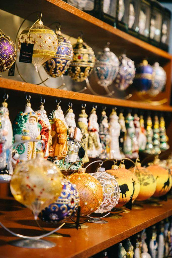 Les boules de noël sur le marcher de Noël de la place du Rynek à Cracovie. credit photo : Clara Ferrand - blog Wildroad