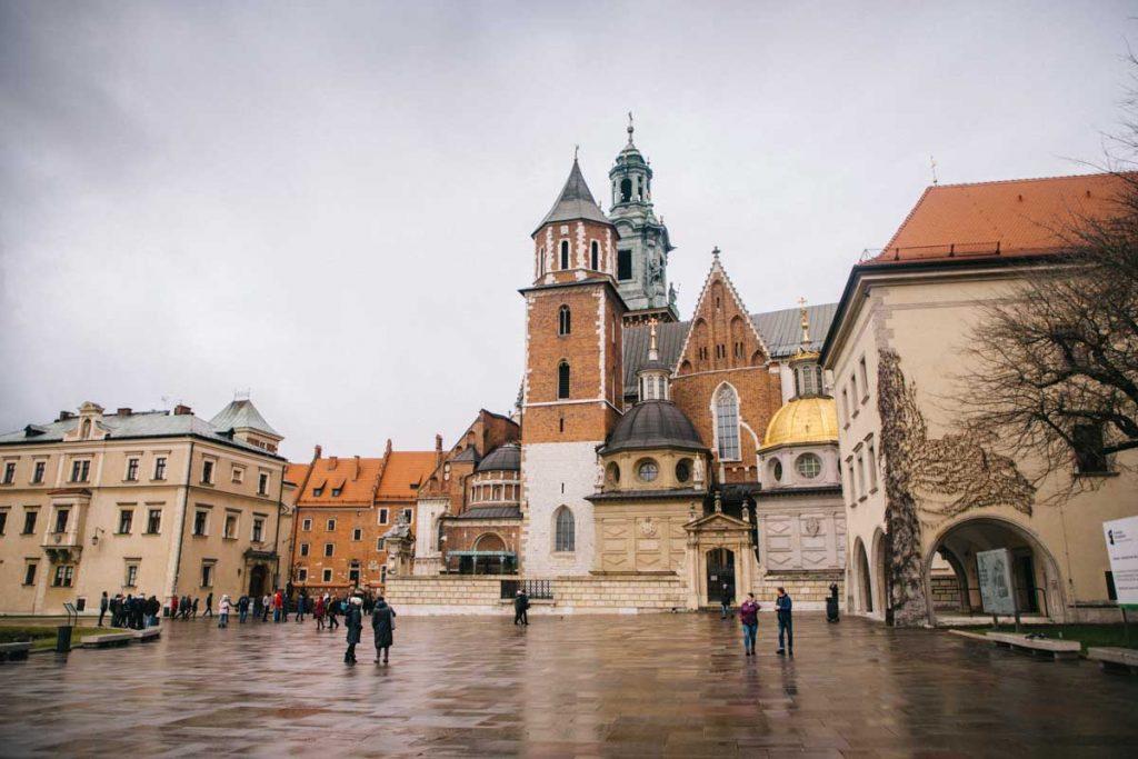 La cathédrale du chateau de Wawel avec ses différents style architecturaux. credit photo : Clara Ferrand - blog Wildroad