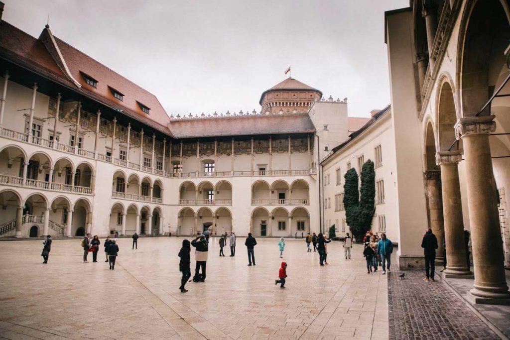 La cours intérieure du chateau de Wawel et son style architectural de la renaissance. credit photo : Clara Ferrand - blog Wildroad