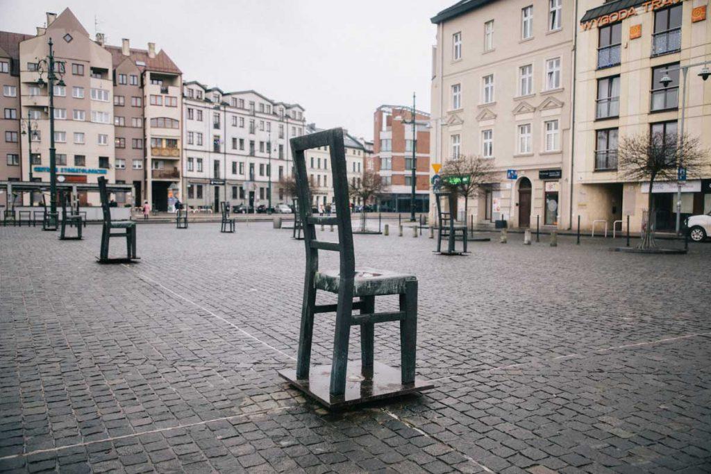 Les chaise en pétales de la place de Podgorz en mémoire des juifs déportés pendant les seconde Guerre mondiale. credit photo : Clara Ferrand - blog Wildroad