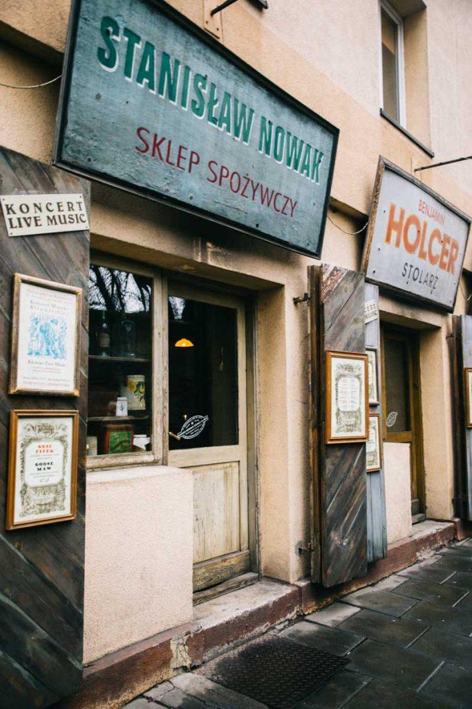 La devanture d'un restaurant dans le quartier branché de Kazimierz à Cracovie. credit photo : Clara Ferrand - blog Wildroad