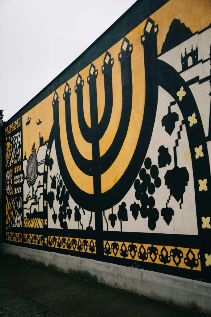 Le street art devant le musée du quartier Kazimierz à Cracovie. crédit photo : Clara Ferrand