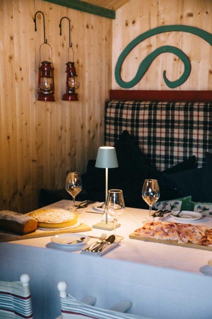 Petit déjeuner dans un hutte au milieu des Dolomites dans les South Tirol. Crédit photo : Clara Ferrand