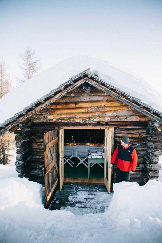 Faire une expérience incroyable dans un hutte traditionnelle au milieu des Dolomites en Italie. crédit photo : Clara Ferrand