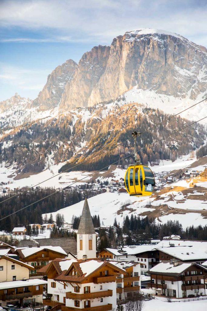 La ville de Corvara aux pieds des Dolomites italiennes. crédit photo : Clara Ferrand