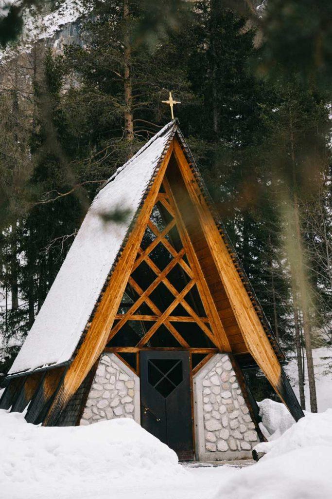 une petite église en bois à Alta Badia, dans le south Tirol. crédit photo : Clara Ferrand -blog wildroad