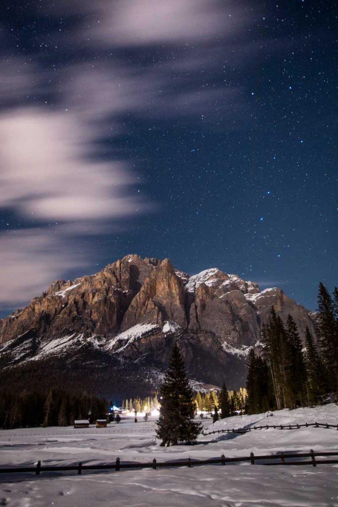 Randonnée nocturne avec des torche dans les Dolomites en hiver. credit photo : Clara Ferrand