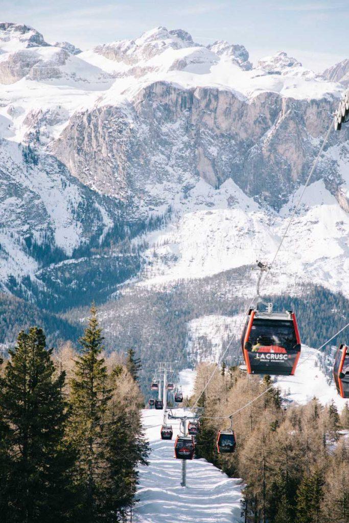 Le téléphérique de Crusc dans les Dolomites pour accéder à l'église de Santa Corce. crédit photo : Clara Ferrand