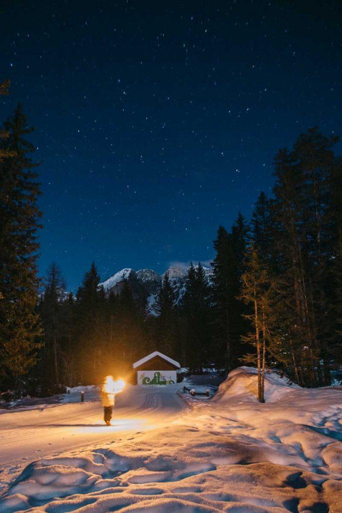 Randonnée nocturne dans les Dolomites avec des torches, une activité insolites à faire. credit photo : Clara Ferrand - blog Wildroad