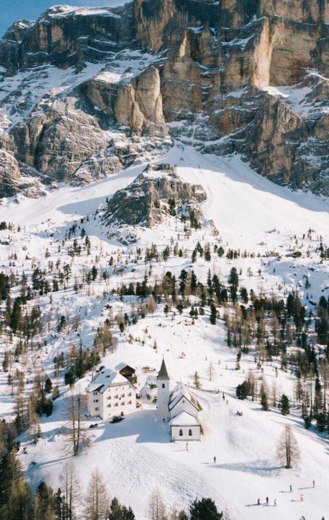 L'église et le refuge de Santa corse à la Crusc dans la vallée d'Alta Badia. crédit photo : Clara Ferrand