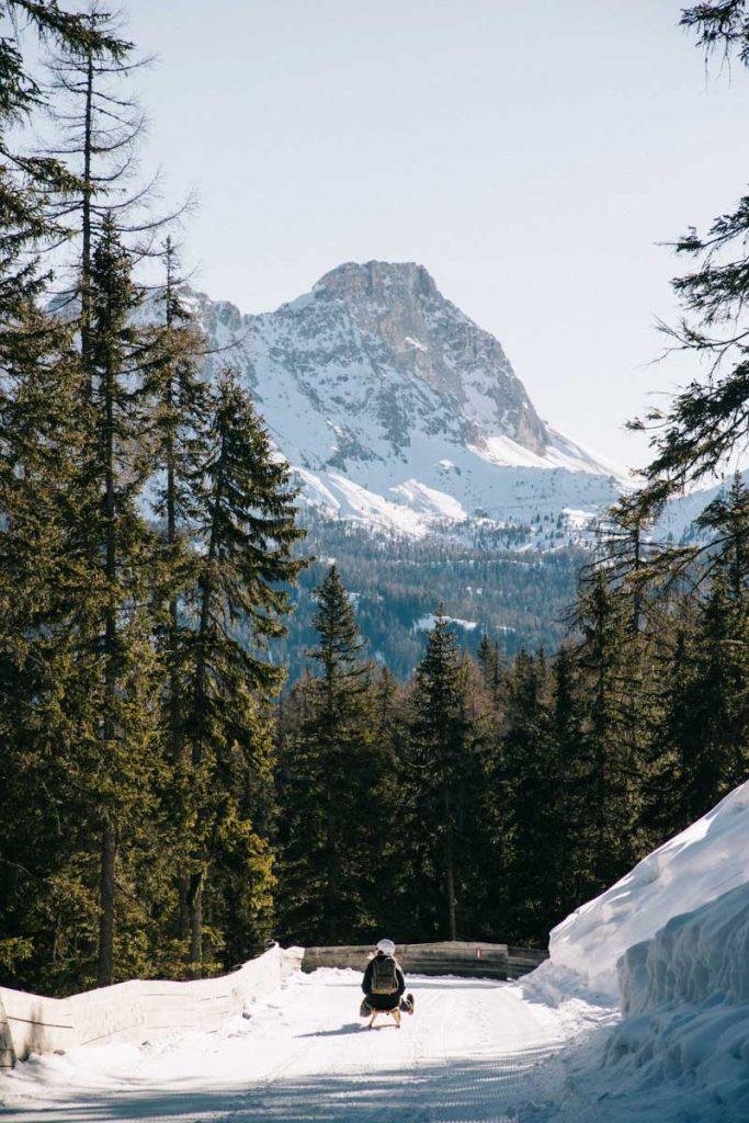 Descendre Piz Sorega en luge autrichienne, une activité amusante à faire en hiver dans les Dolomites. Crédit photo : Clara Ferrand