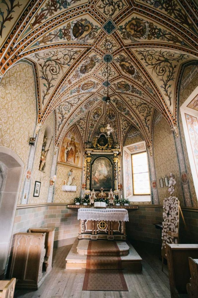 L'intérieur de l'église de Santa Barbara à La val dans la vallée d'Alta Badia. credit photo : Clara Ferrand - blog Wildroad