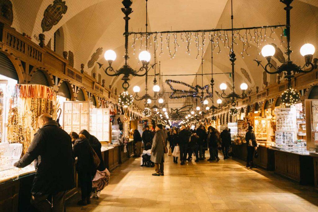 À l'intérieur de la Hall aux draps de Cracovie, sur la place du Rynek. credit phto : Clara Ferrand