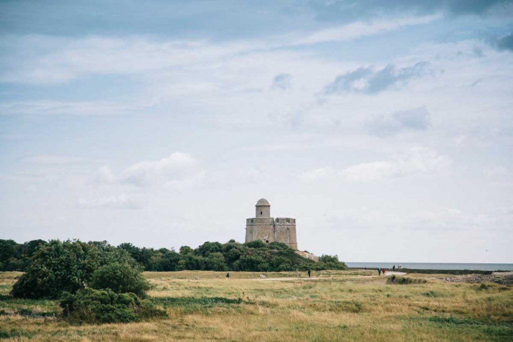 Se rendre à pied sur l'île de tatihou dans le Cotentin. crédit photo : Clara Ferrand - blog wildroad