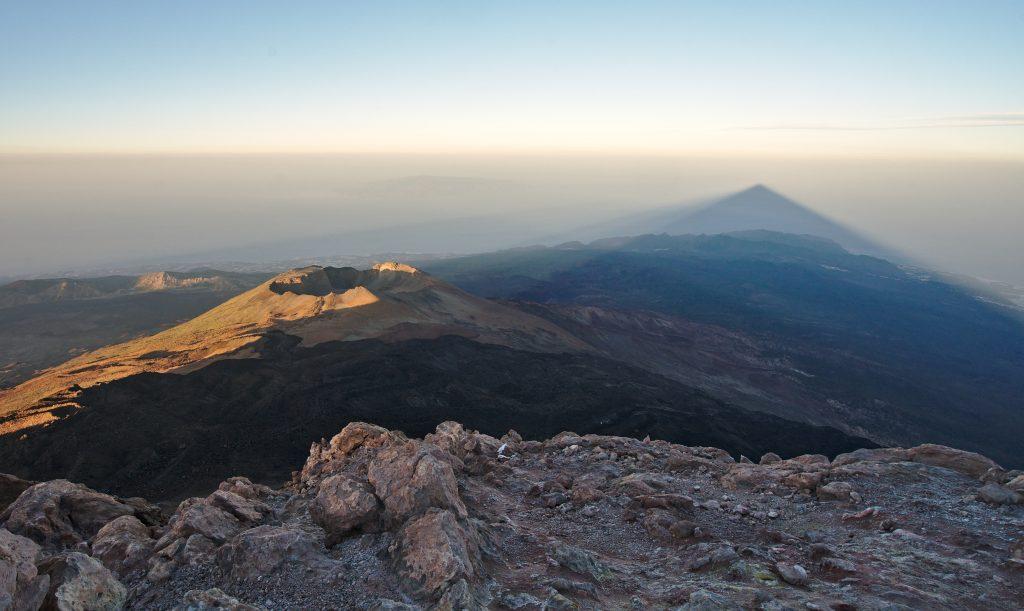 Lever de soleil depuis le sommet du volcan Tiede sur l'île de Ténérife. crédit photo : Novo Monde