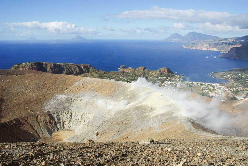 Visiter vulcanologie, un volcan sur les île Éolienne en Sicile. crédit photo : Voyager en photo